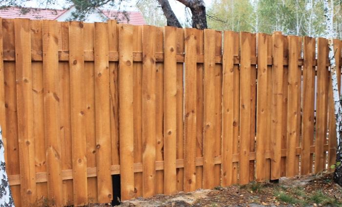 Вертикально расположенный забор