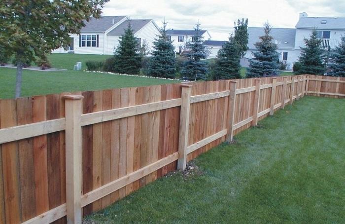 Недорогой забор из дерева