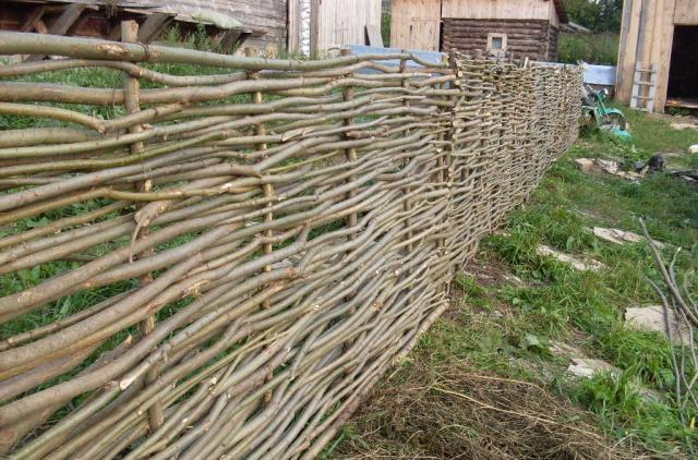 Дешевый плетеный забор