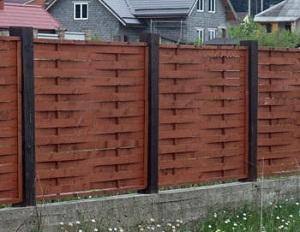 Плетеный забор с бетонными опорами