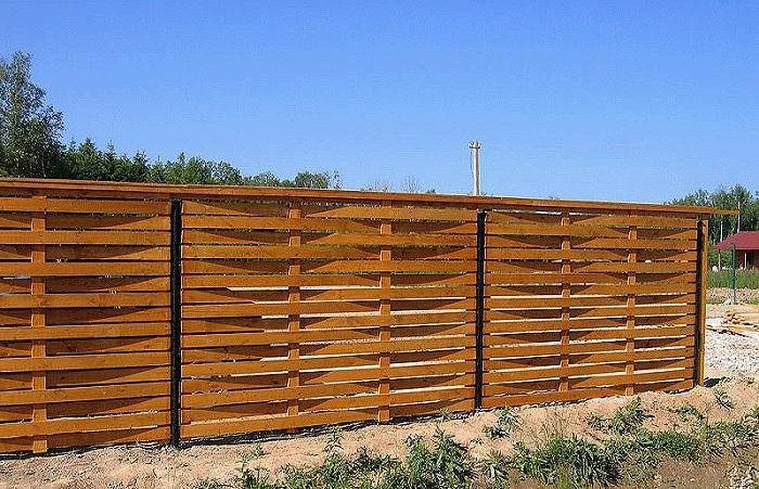 На фото - плетеный забор из досок