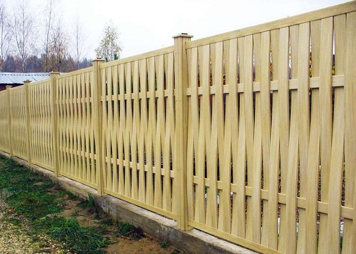 Плетеный забор с вертикальным расположением досок