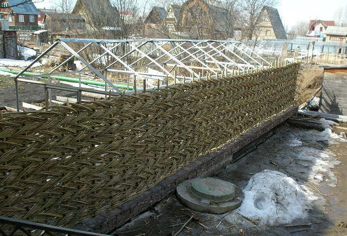 Плетеный забор-шахматка из ивы