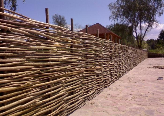 На фото - плетенный забор из лозы