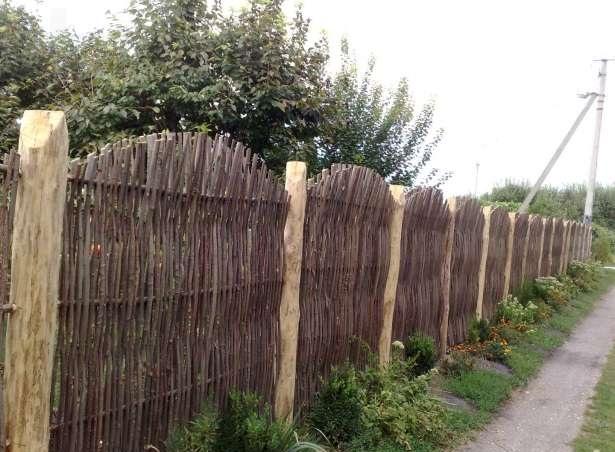 Плетеное ограждение с деревянными опорами