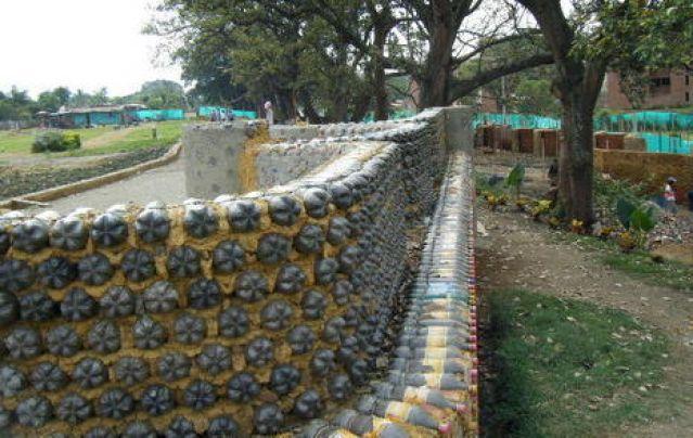 Ограждение из пластиковых бутылок