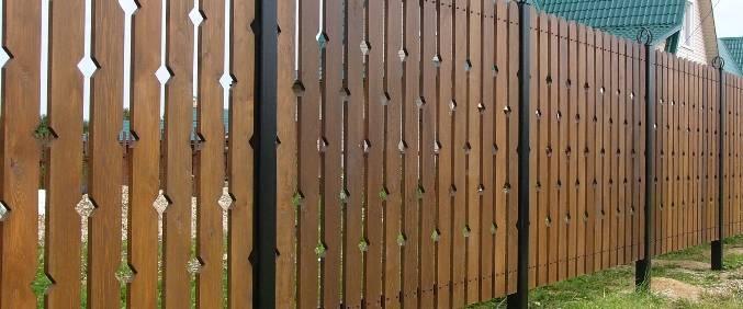 Забор из штакета из дерева