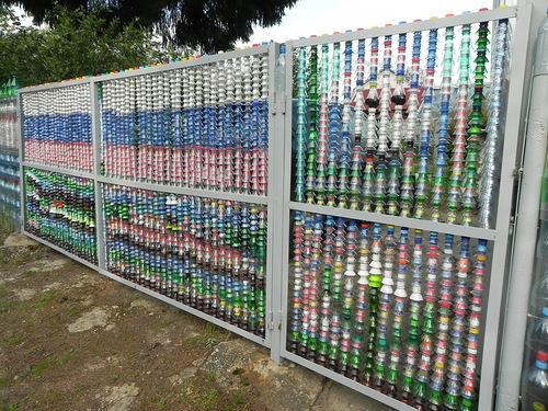 Забор с пластиковых бутылок