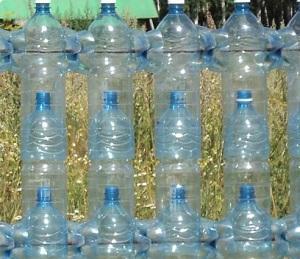 Бутылки, скрепленные проволокой
