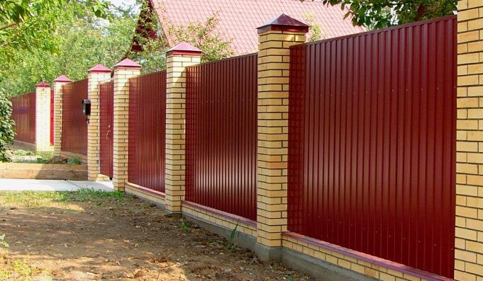 Забор из профнастила на фундаменте