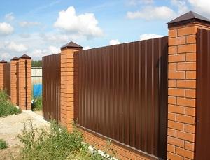 Ограда из профлиста с кирпичом
