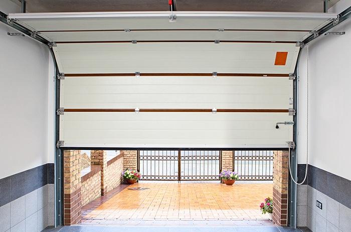Установленные ворота в гараже
