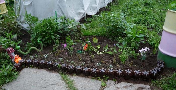 Оградка из пластиковых бутылок
