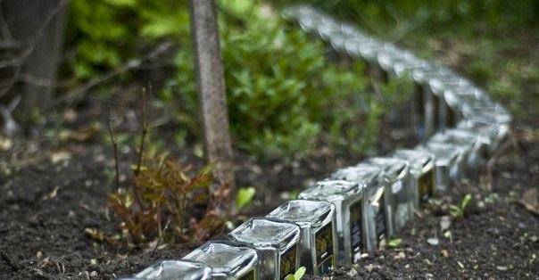 Оградка из стеклянных бутылок