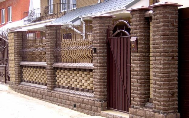Ограда из кирпича и ковки