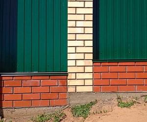 Кирпичный забор с фундаментом
