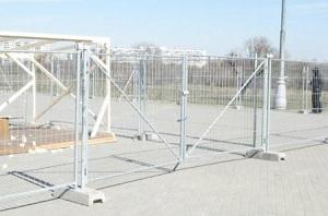 Устройство временного ограждения строительной площадки
