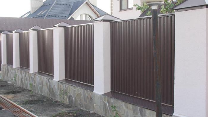 вариант из профнастила и бетона
