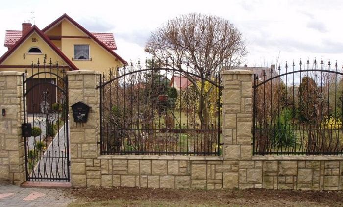 комбинированная ограда